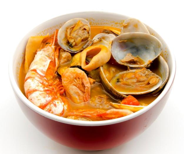 Meeresfrüchte-eintopf in einer schüssel