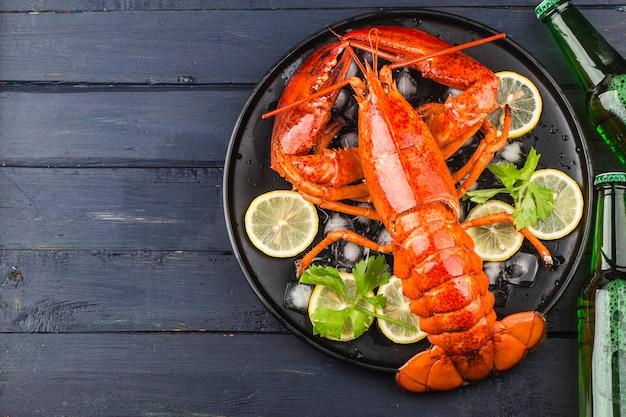 Meeresfrüchte-festmahl<zitrone und frischer boston-hummer auf dem eis