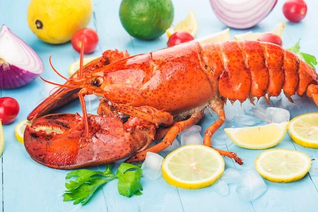 Meeresfrüchte-festmahlzitrone und frischer boston-hummer auf dem eis