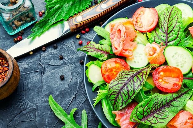 Meeresfrüchte-fischsalat mit gemüse