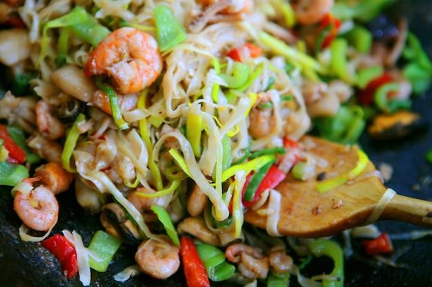 Meeresfrüchte - garnelen, jakobsmuscheln, tintenfische und lachs. garniert mit frischem rohem salatblatt.