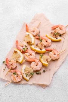 Meeresfrüchte-garnelenspieße auf backpapier
