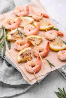Meeresfrüchte garnelenspieße hohe ansicht