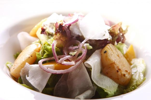 Meeresfrüchte-gourmet-salat mit jakobsmuscheln
