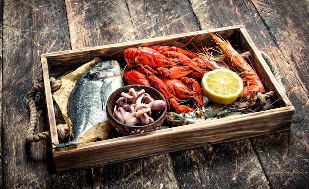 Meeresfrüchte in einem alten tablett auf einem holztisch.