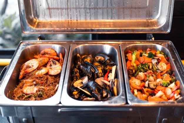 Meeresfrüchte in einem tablett in einem buffetrestaurant, garnelen und schalentiere