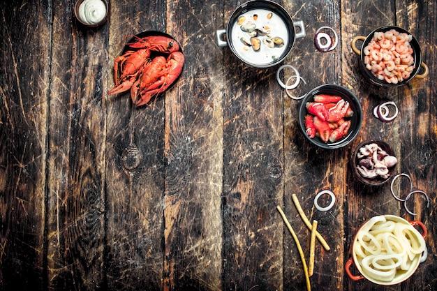 Meeresfrüchte in schalen auf einem holztisch.