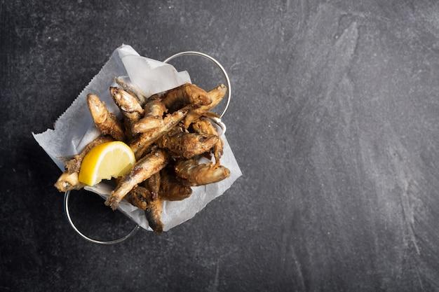Meeresfrüchte. kleiner seefisch, frittierte sardellen. draufsicht mit kopierraum