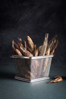 Meeresfrüchte. kleiner seefisch, frittierte sardellen
