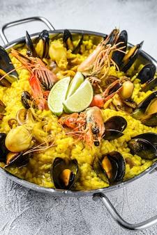 Meeresfrüchte-paella mit garnelen oder garnelen und muscheln