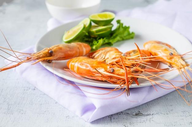 Meeresfrüchtegarnelenmenü in einer platte auf einer weißen tabelle