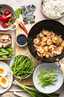 Meeresfrüchtegericht mit ei und garnelen flach legen fotografie