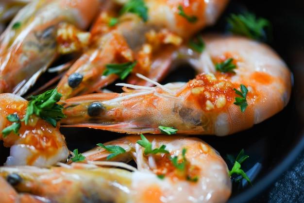 Meeresfrüchteplatte mit garnelengarnozean-gourmet-abendessenmeeresfrüchten gekocht