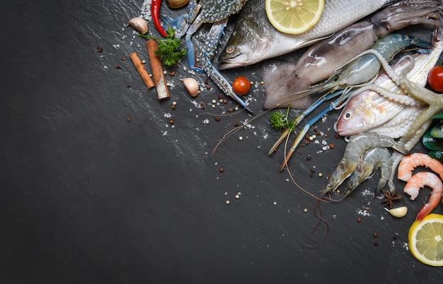 Meeresfrüchteplatte mit schalentiergarnelengarnelen krabbenobstmuschelmuschelkalmarkrake und fischozean-gourmetabendessen