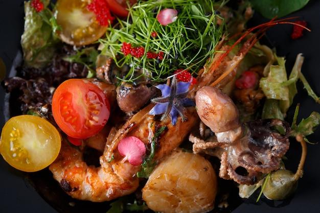Meeresfrüchtesalat mit garnelen, tintenfisch und kräutern