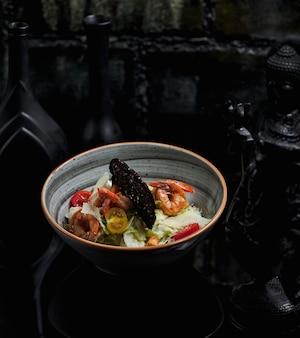 Meeresfrüchtesalat mit krabben und kirschtomaten