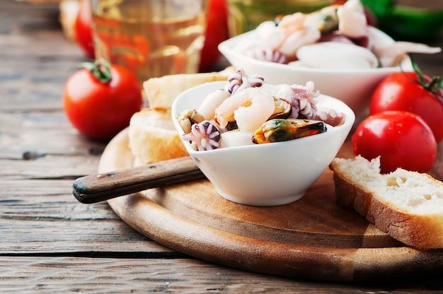 Meeresfrüchtesalat mit weißwein
