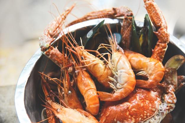 Meeresfrüchteschalentiere mit dampfenden garnelengarnelenmuschelkrabben gekocht