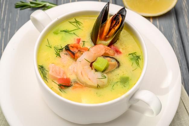 Meeresfrüchtesuppe, auf einem holztisch, mit garnele