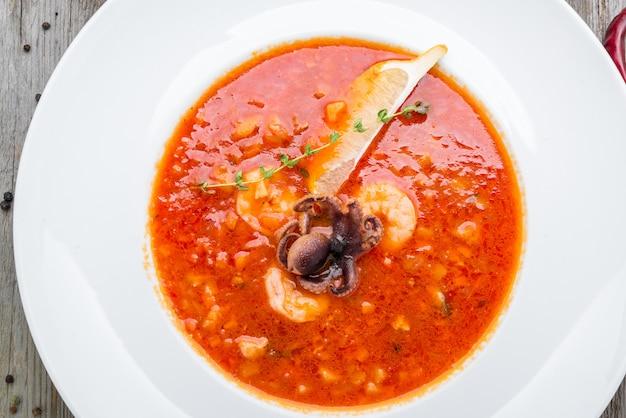 Meeresfrüchtesuppe bouillabaisse mit garnelen