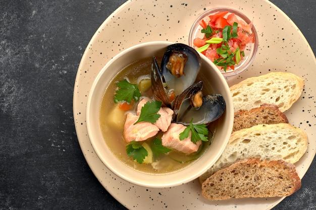 Meeresfrüchtesuppe, muschelfisch, fischsuppe, auf einem schwarzen hintergrund