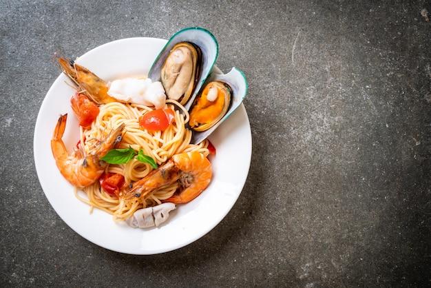 Meeresfrüchteteigwaren-spaghettis mit muscheln, garnelen, squis, miesmuschel und tomaten