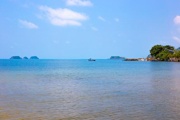 Meereslandschaft. im hintergrund segelt ein fischerboot auf dem meer. reisen und tourismus.