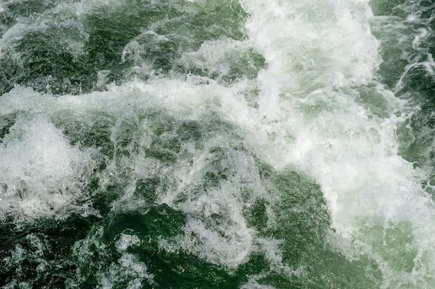 Meeresoberfläche mit wellen