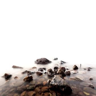 Meeressteine auf weißem hintergrund