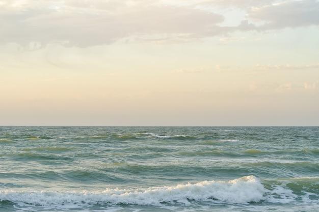 Meeresufer, kleine wellen. schöner dämmerungshimmel