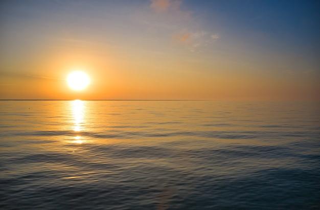 Meereswellen auf einem schönen meer am morgen