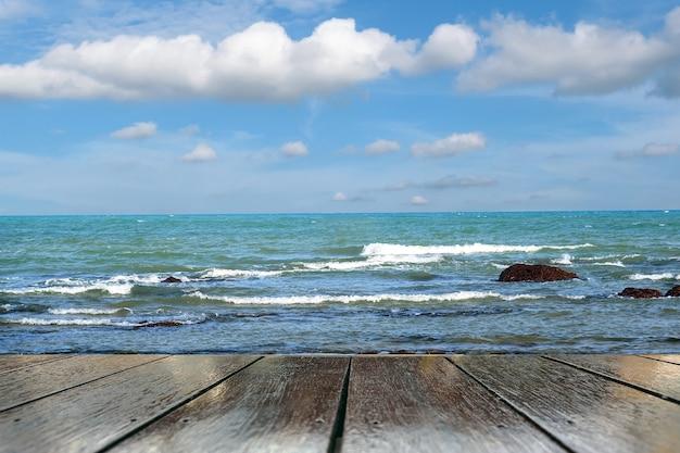 Meereswellen, die in richtung ufer plätscherten