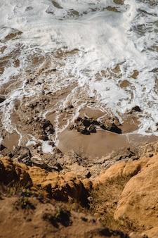 Meereswellen krachen an der küste