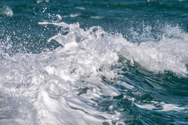 Meereswellen stürzen ab