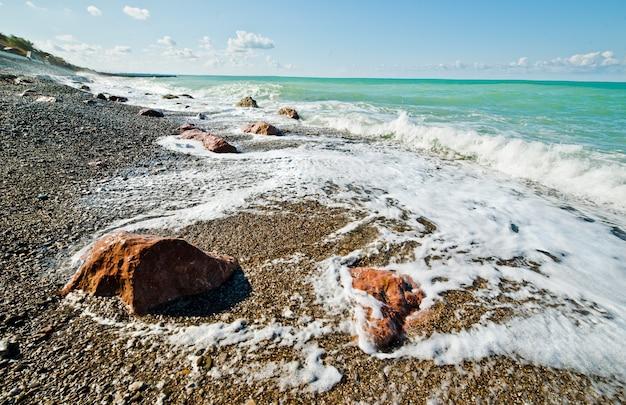 Meereswellen und felsen
