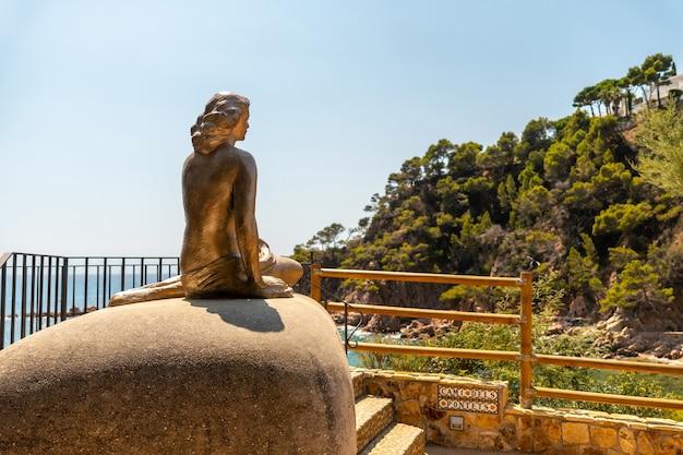 Meerjungfrau-skulptur in cala canyet neben der stadt tossa de mar. girona, costa brava im mittelmeer