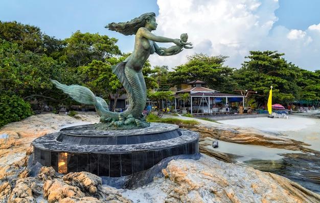Meerjungfraustatue und -kinder bei sai kaew setzen in samed-insel auf den strand