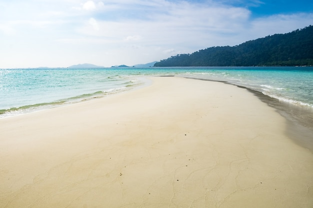 Meerkristallstrand weißer sand glatt auf andamanensee
