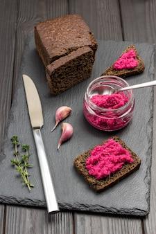 Meerrettich-rote-bete-snack im glas. schwarzbrot, meerrettich-sandwiches. leckerer snack und vorspeise. flach liegen.