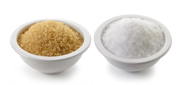 Meersalz und zucker in einer tasse