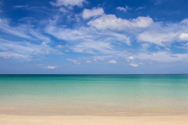 Meersandhimmel und weiche welle von blauem ozean am sommertag des sandigen strandes.