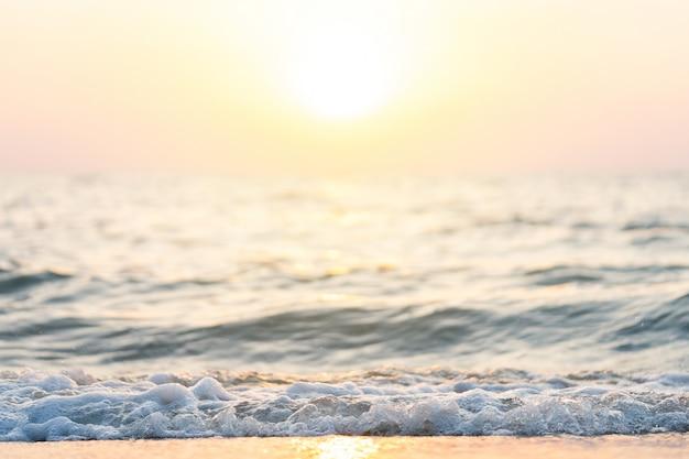 Meerwasser am strand entlang