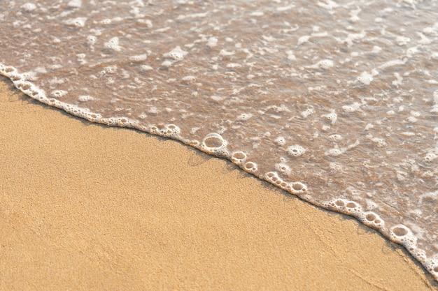 Meerwasser entlang des strandes entlang den windwellen