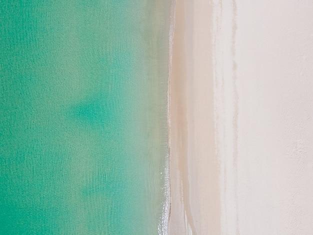 Meerwasser klar und strand sand draufsicht.