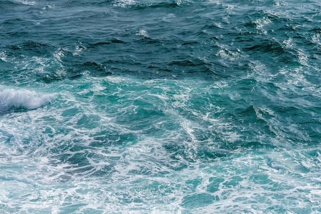 Meerwasseroberfläche und spritzen