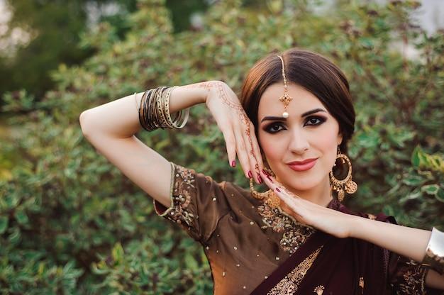 Mehendi an den händen von mädchen, frauenhände mit braunem mehndi-tattoo.