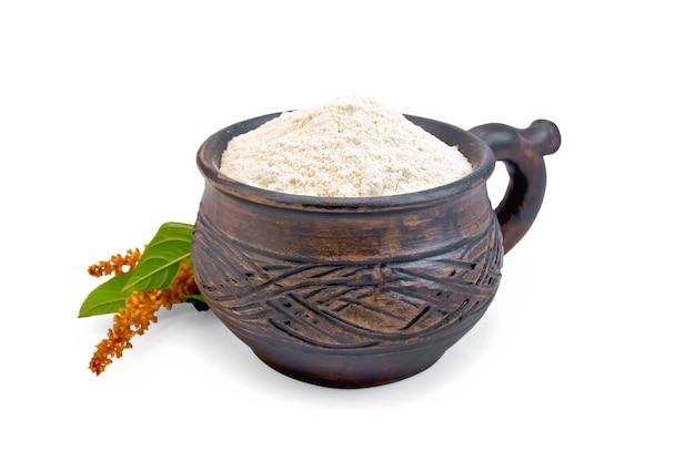 Mehl amaranth in einem tonbecher mit blumen und blättern isoliert auf weißem hintergrund