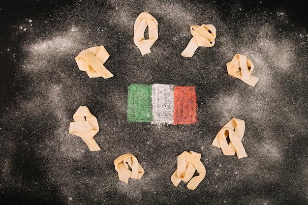 Mehl auf pasta und italienische flagge
