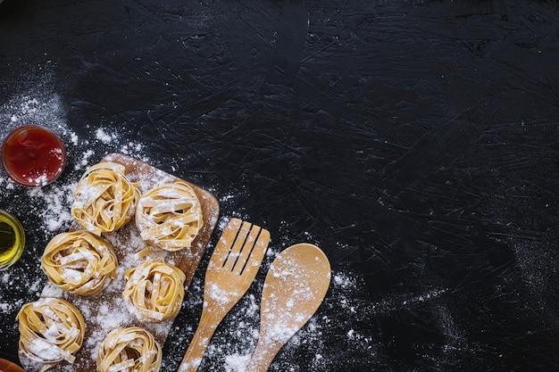 Mehl auf pasta und utensilien