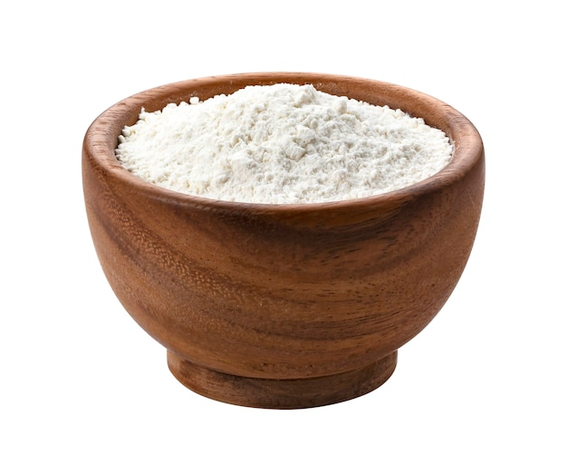 Mehl in der holzschale lokalisiert auf weiß